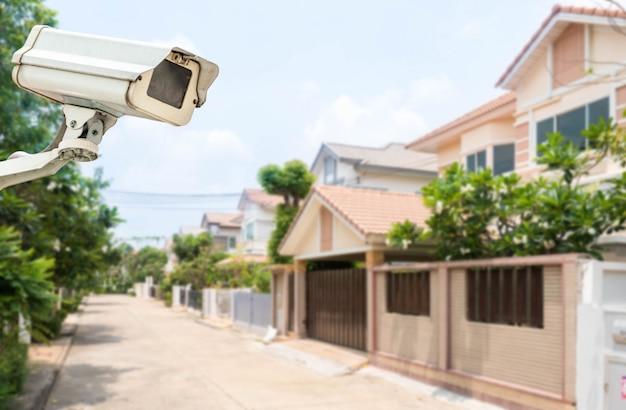 Comcept de segurança em casa, câmera de cftv ou vigilância operando na aldeia