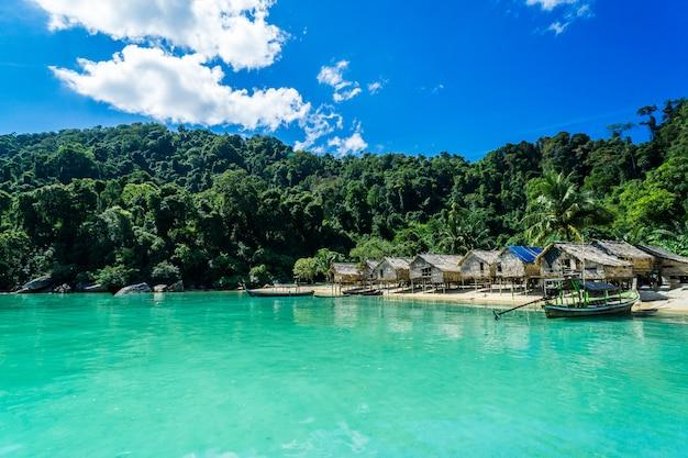 Começando a viajar e aldeia tribo hill com belas vistas do mar na tailândia.