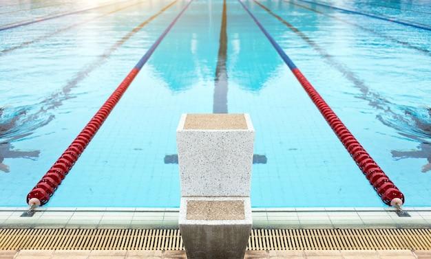 Começar a pé para jogo de esporte nadador.