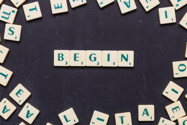 Comece a palavra organizada com letras scrabble