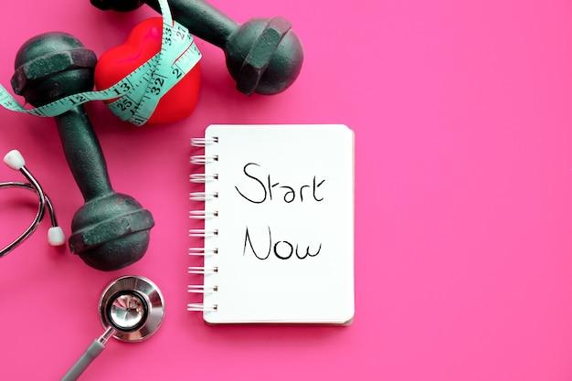 Comece agora para dieta esportiva e coração saudável com halteres