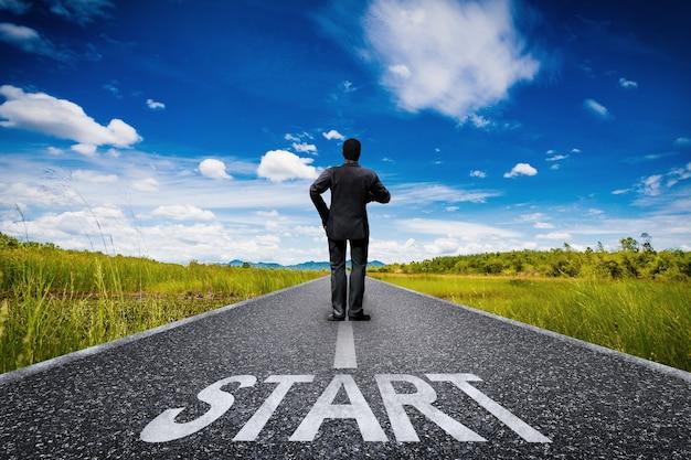 Comece o conceito com um empresário em uma longa estrada