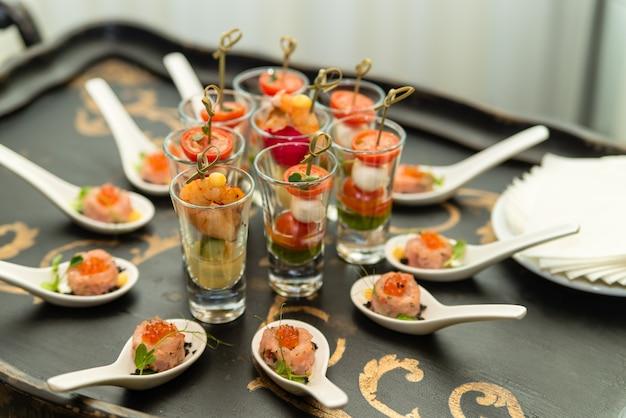 Comemoração das entradas de camarão na mesa de banquete