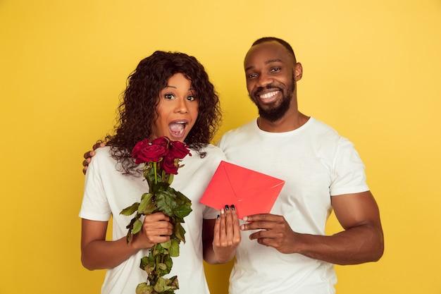Comemoração do dia dos namorados, feliz casal afro-americano isolado em amarelo