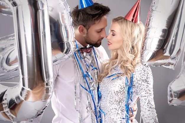 Comemorando a véspera de ano novo com pessoa amorosa