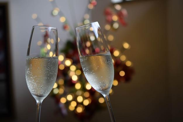 Comemorando com duas taças de vinho