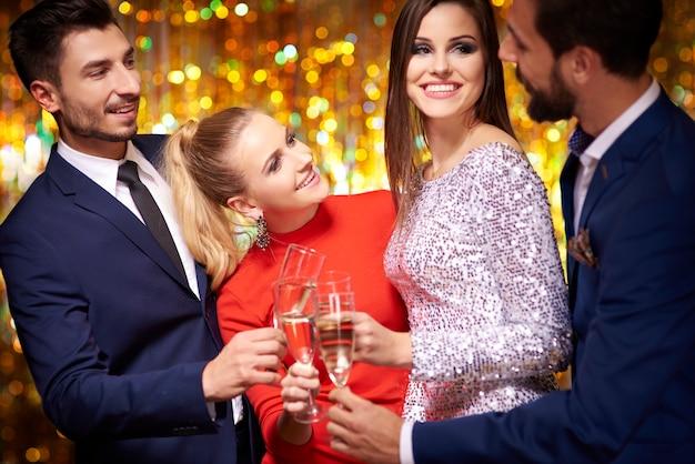 Comemorando com uma taça de champanhe