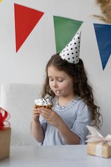 Comemorando o aniversário de uma criança.