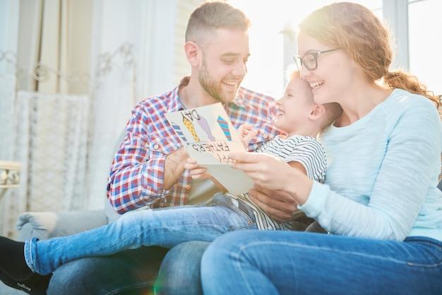 Comemorando o dia dos pais com familiares amorosos