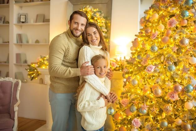Comemorando o natal. família fofa comemorando o natal e se sentindo bem