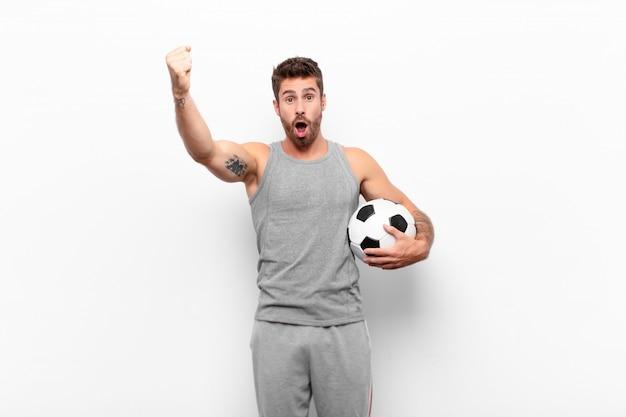 Comemorando um sucesso inacreditável como um vencedor, parecendo animado e feliz dizendo, pegue isso!