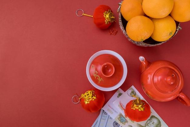 Comemore o ano novo chinês com frutas laranja e notas de yuan chinês dinheiro americano boa sorte