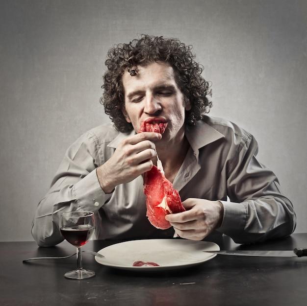 Comendo carne crua