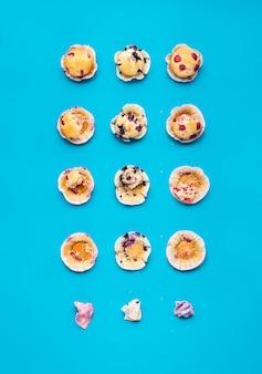 Comendo muffins em etapas. muffins de frutas vista superior