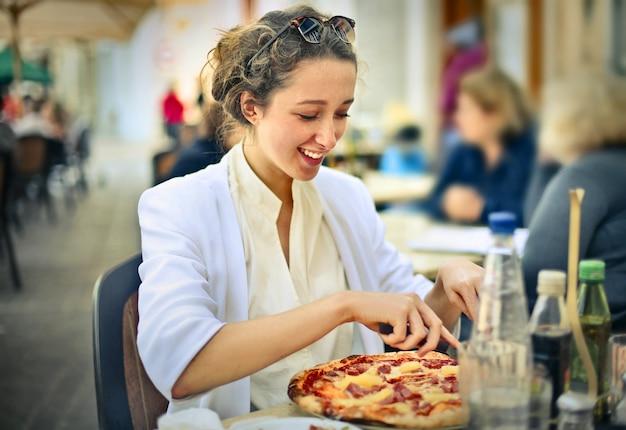 Comendo pizza no verão