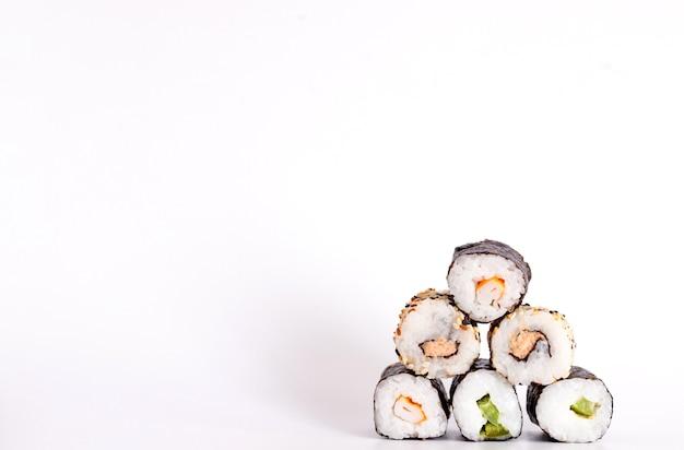 Comendo sushi com pauzinhos. sushi roll comida japonesa em restaurante isolado no fundo branco.