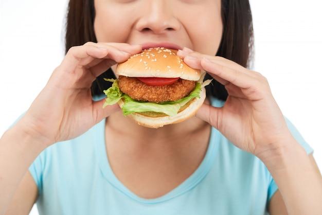 Comer hambúrguer delicioso