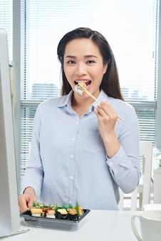 Comer no local de trabalho