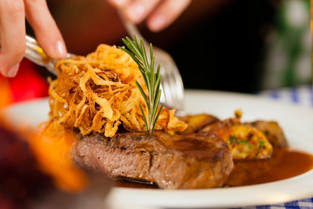 Comer no restaurante ou pub da baviera