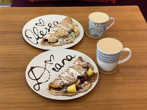 Comer waffles com chai latte no café.