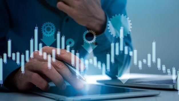 Comerciante de homem de negócios com gráfico de quedas com placa de gráfico do mercado de ações indo para baixo, conceito de crise econômica global.