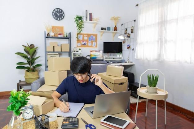 Comerciante online masculino de conceito de comércio eletrônico tendo sucesso em seu negócio quando as vendas atingem o objetivo.