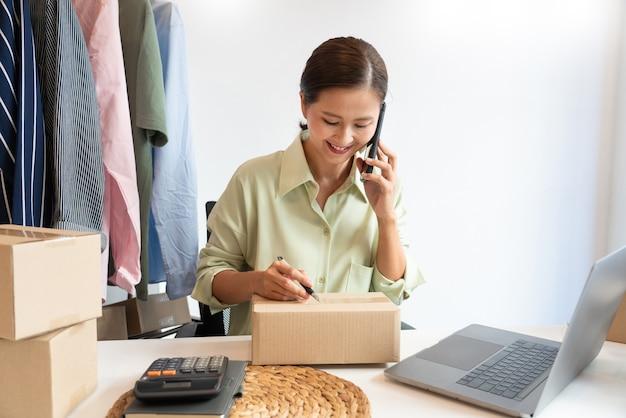Comerciantes online de pequenos negócios trabalhando na loja preparando produtos para entregar aos clientes, startup e conceito de negócio online.