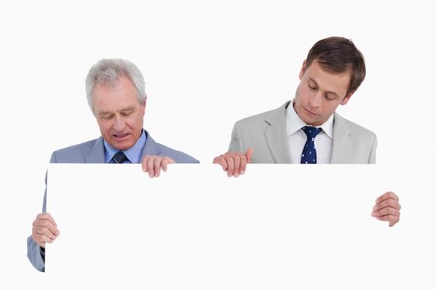 Comerciantes que olham em branco assinam as mãos
