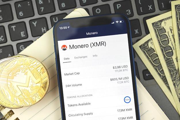 Comércio e troca de criptomoedas monero com seu aplicativo de telefone móvel, banco on-line com conceito de dinheiro virtual, plano de negócios, foto da vista superior