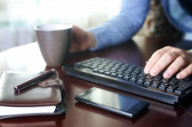 Comércio eletrônico - um homem paga por compras online com um cartão de crédito
