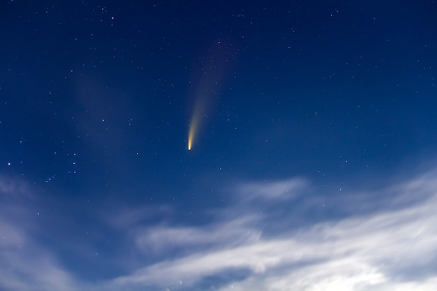 Cometa de neowise com cauda clara no céu noturno azul escuro