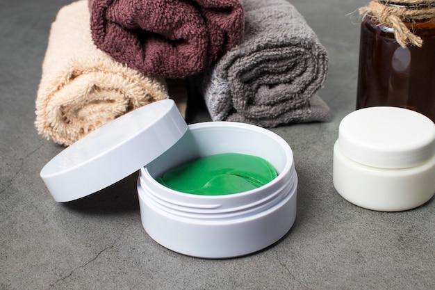 Cometa para o cuidado da pele facial feminina e galáz em casa ou no salão. adesivos de gel para olhos e creme facial.