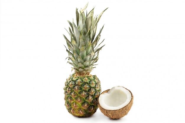 Comida abacaxi de frutas tropicais maduro inteiro e meio coco