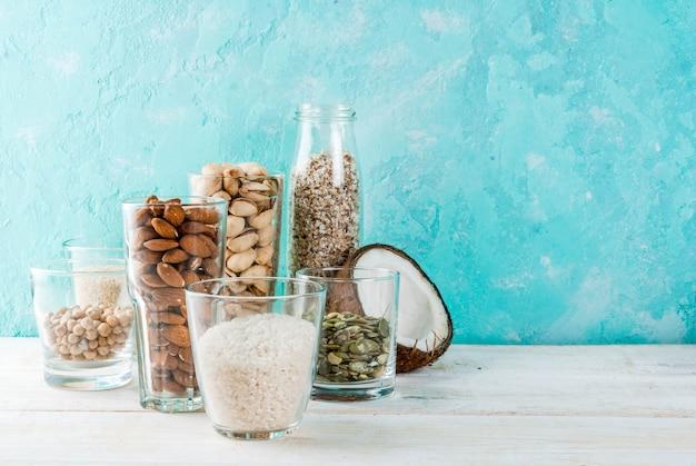 Comida alternativa vegana, conjunto de vários ingredientes para o leite não lácteo