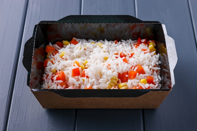Comida apetitosa em caixas para festas corporativas