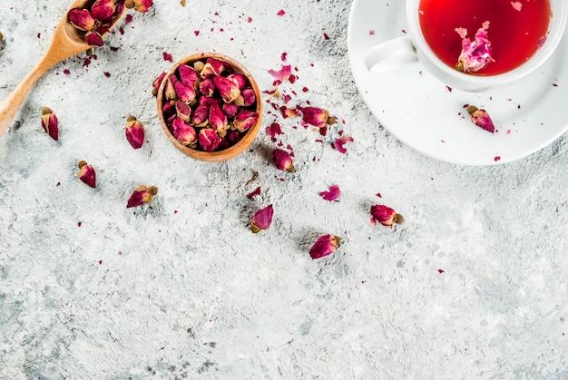 Comida árabe, do oriente médio. chá de ervas com botões de rosa