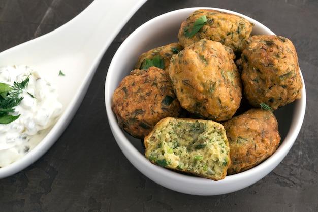 Comida árabe, falafel. bolas de grão de bico fritas.