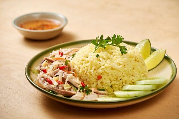 Comida asiática com carne assada com legumes e arroz