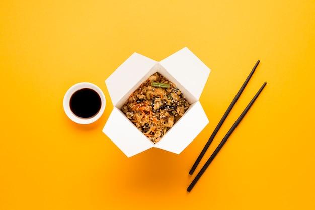 Comida asiática com pauzinhos e soja