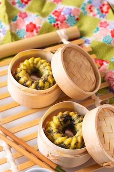 Comida asiática conceito caseira dim sum frito bolinhos de cebolinhas de alho bambu cesta