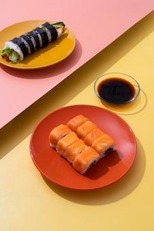 Comida asiática de alto ângulo e molho de soja