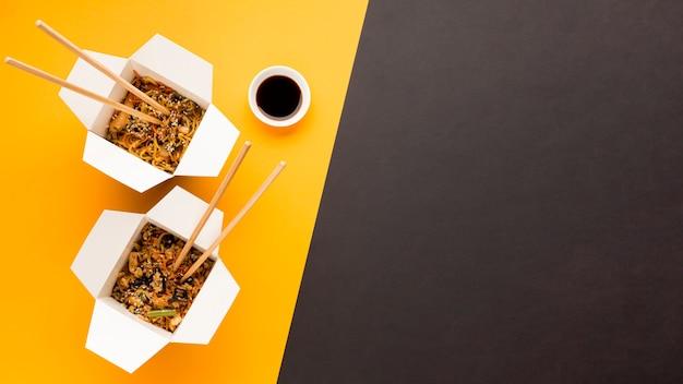 Comida asiática de vista superior com soja