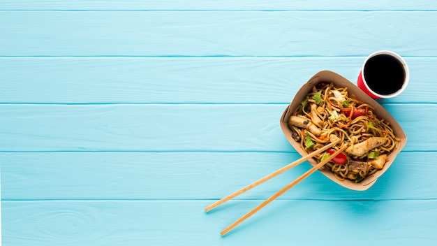 Comida asiática de vista superior com suco
