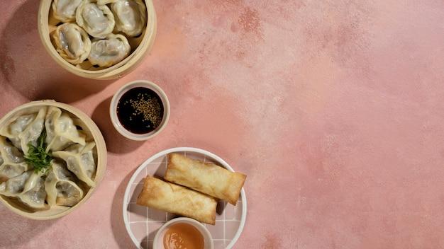 Comida asiática deliciosa com espaço de cópia
