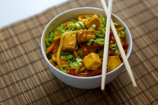 Comida asiática em um restaurante
