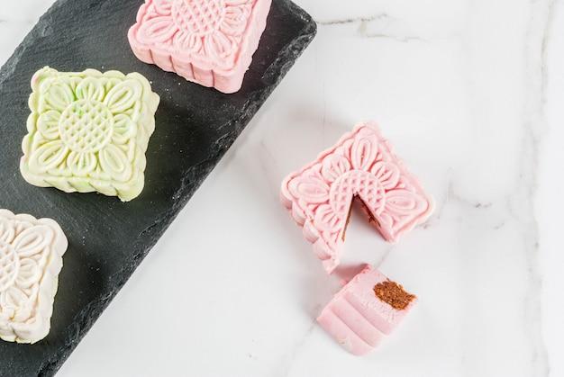 Comida asiática, japonesa, sobremesa doce tradicional multicolorida sem bolos de pele de neve de bolos na mesa de mármore branca. copie o espaço
