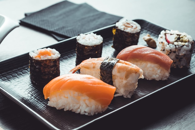 Comida asiática pronta para comer. restaurante de sushi