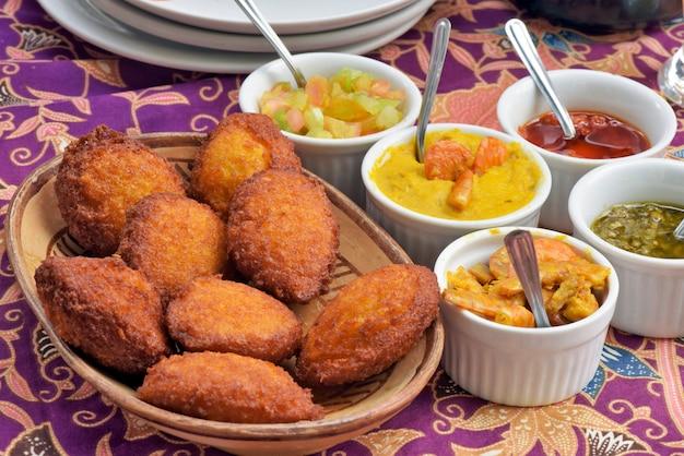 Comida brasileira: acaraje com recheios típicos