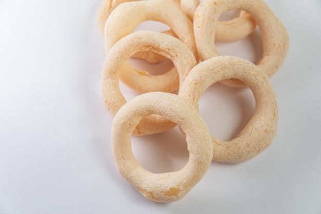 Comida brasileira - biscoito de polvilho no fundo branco