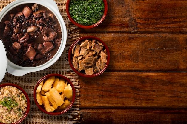Comida brasileira de feijoada. vista do topo